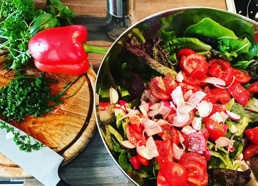 Frischer Salat aus eigenem Anbau