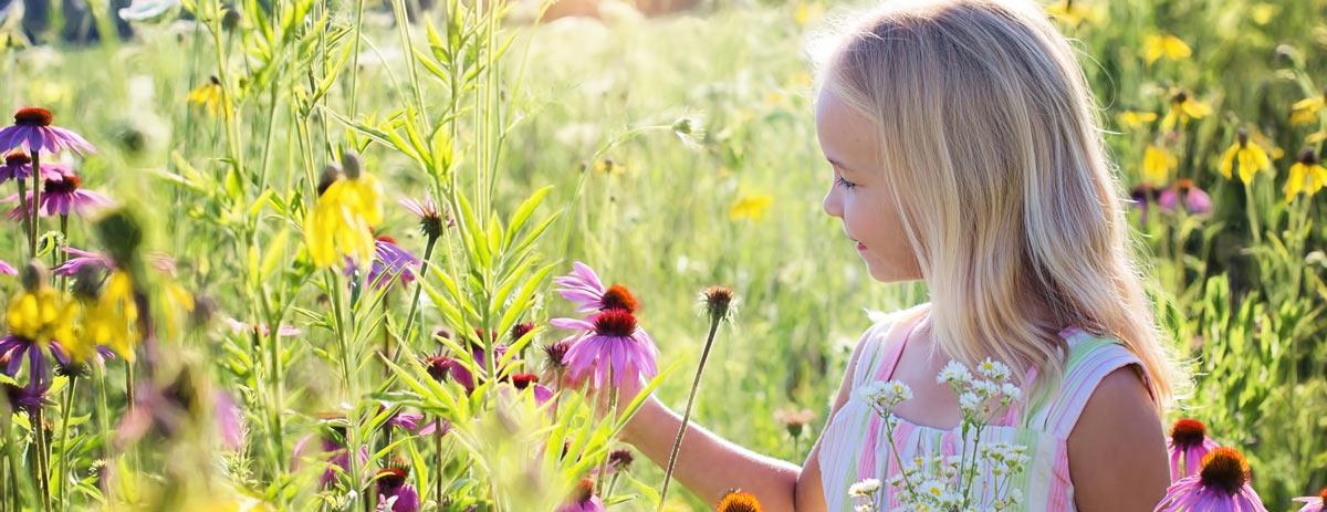 Glückliches Kind auf Blumenwiese