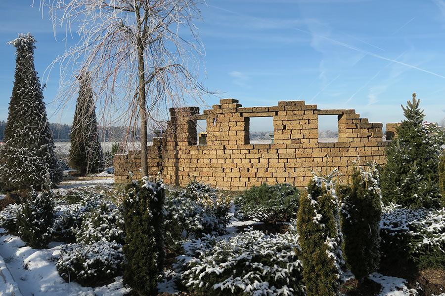 Winter in der Gartenwelt Scheller bei München - Natursteinmauer